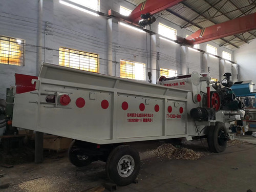2019.8.18大型木材综合破碎机和劈木机
